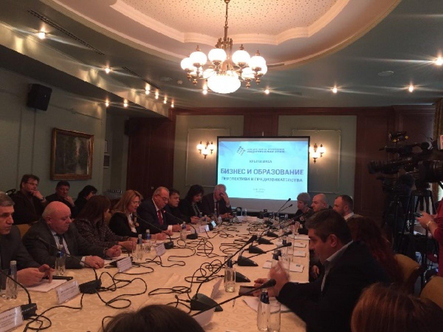 10 университета и инвеститори в индустриалните зони обсъдиха реализацията на младите кадри в България