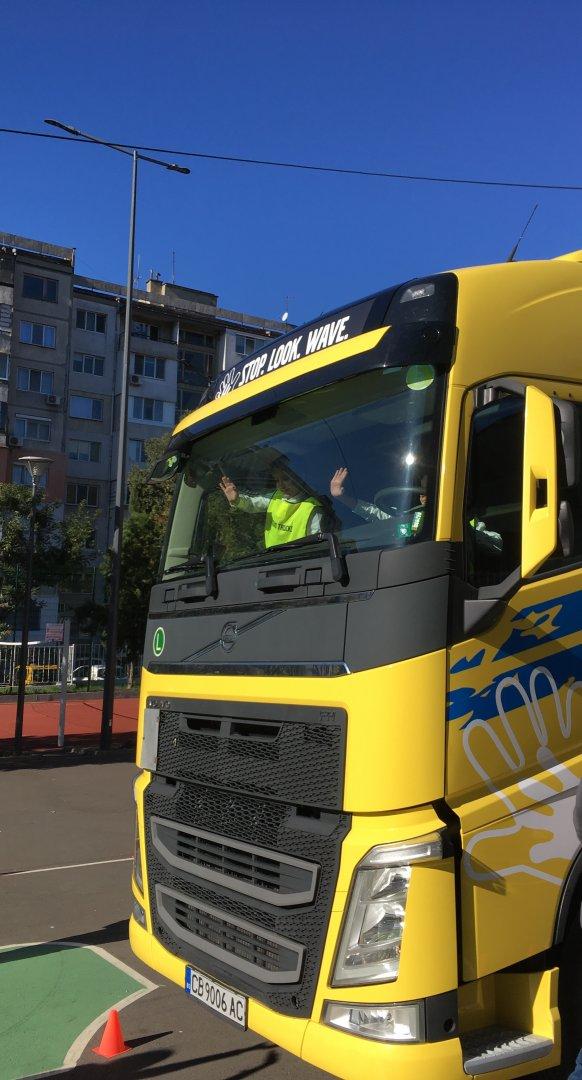 Обучението на Volvo Trucks по пътна безопасност за деца влезе и в българските училища
